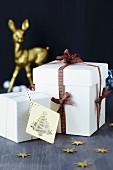 weiße Geschenkkartons mit Karoband und Anhänger