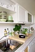 Küchenzeile mit Edelstahlspüle; Hängeschränke mit Kassettenfronten