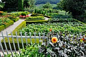 Cottage garden with box-hedged beds & gravel paths (Mistelberg, Switzerland)