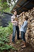 Vater und Sohn sammeln Brennholz