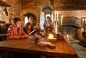 Schüler und Lehrer in einer alten Burg