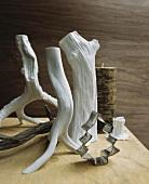 Stilisierte Holzstücke in Weiss und weihnachtliche Ausstechform auf Tisch