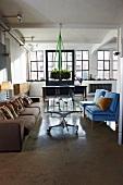 Offener Wohnraum in klassischem Fabrikloft - hängender Adventskranz über rollenden Glastischen zwischen Polstermöbel-Mix