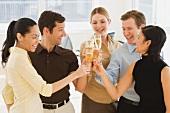 Geschäftsleute stoßen mit Champagner an