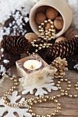 Weihnachtliche Deko mit Zapfen, Nüssen, Perlenkette & Teelicht