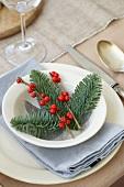 Weihnachtsgedeck mit Tannenzweigen und Beeren