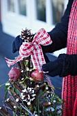 Christbaum aus Zweigen mit Schleife dekorieren
