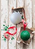 Selbst gebastelter Christbaumanhänger aus Polystyrol Kugel und grünen Reissnägeln