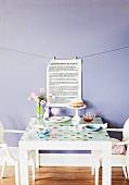 Alten Tisch neu gestalten: Glasplatte mit Fensterfolie bekleben; Textblatt vor lavendelblau getönter Wand