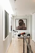 Moderne Bilder an Wand im Vorraum und teilweise sichtbares Treppengeländer