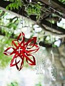 Weihnachtlich dekorierter Baum mit rotem Stern
