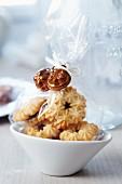 Kekse als Gastgeschenk in Tütchen mit Minibackformen verziert