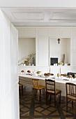 Weiss gedeckter Esstisch im Speisesaal im ehemaligen Kloster