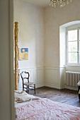 Blick in ein Gästezimmer mit alten Holzdielen im ehemaligen Kloster
