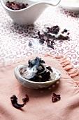 Hibiskusblüten werden geräuchert in der Schale einer Abalonemuschel