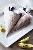 Bestecktaschen aus Zeitungspapier gefaltet