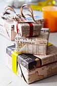 Geschenkkartons in Zeitungspapier eingewickelt mit Dekoherzen