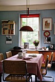 Vintage kitchen with blue walls, red accents and dining area with sixties' cantilever chairs
