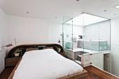 Ungewöhnliches Schlafzimmer auf Galerie mit Badezimmer in angrenzender Glaskabine