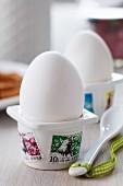Eierbecher mit Briefmarken verziert