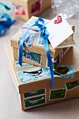 Geschenkboxen mit Briefmarken verziert