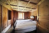 Schlichtes Schlafzimmer in einem Chalet