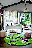 Moderner gemusterter, grüner Teppich vor weißem Antikmöbel