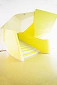 Gelbe Treppengeländer in einem Treppenhaus mit freien Formen