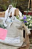 Aus Leinenstoff in Beige und Pink selbstgenähte und mit Bettwäschenspitze verzierte Einkaufstasche
