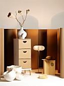 Kommode, Hocker, Stehlampe und Vasen - Designobjekte aus Holz und Papier in warmen Naturfarben
