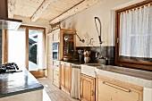Offene Küche mit rustikaler Küchenzeile & Unterschränken aus Massivholz