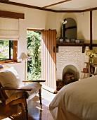 Schlafraum in Hütte mit offenem Kamin & Sessel