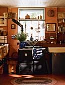 Blick in kleine Landhausküche mit Rayburn-Herd