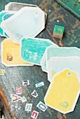 Selbst gebastelte Geschenkanhänger und einzelne Buchstaben auf Vintage Holzuntergrund