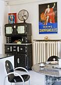 Schwarz-weisses Esszimmer im Retro-Stil mit Küchenschrank, Mamortisch & Stühlen