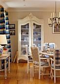 Blau-weisses Esszimmer in skandinavischem Stil mit Esstisch & Vitrinenschrank