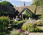 Landhaus mit üppig bewachsenem Garten