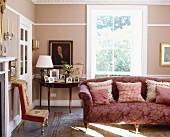 Wohnzimmer in Altrosa mit Sofa & Bildergalerie auf Konsolentisch