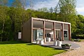 In zeitgenössischer Architektur errichtetes Ateliergebäude mit Terrasse im Gelände einer historischen Mühle in der Dordogne