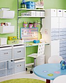 Kinderzimmer mit viel Stauraum rund um einen kleinen Schreibtisch