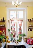 Gedeckter Frühstückstisch vor Fenster im 50er Jahre Stil
