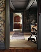 Blick durch offene Tür in schlichtes Wohnzimmer eines skandinavischen Landhauses
