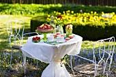 Kuchen & Gebäck auf Tisch in sommerlichen Garten
