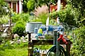 Abtropfgitter und Zinkwanne auf einem Gartentisch in Schrebergarten
