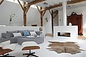 Offener Wohnraum im Stilmix zwischen modern, antik und rustikal