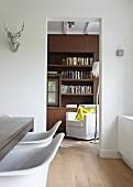 Blick in Bibliothek mit weißem Lesessel