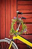 Wildblumenkranz an Fahrradlenker hängend