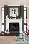 Moderne Kunst über traditionellem Kamin im klassisch modernen Wohnraum