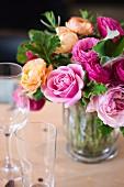 Sommerlicher Blumenstrauss mit Rosen und Ranunkeln