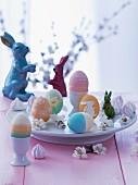 Bunt gefärbte Ostereier & Hasenfiguren als Osterdeko